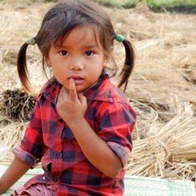 Paddlingskurs Nepal. Nyfiken flicka.