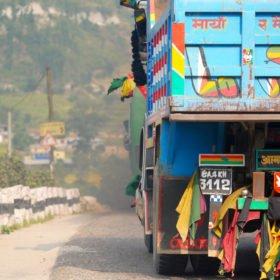 Paddlingskurs Nepal. En lastbil på vägen.