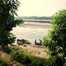 Chitwan nationalpark, träbåtar på en flod