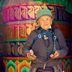 Sherpakvinna vid en stor bönesnurra