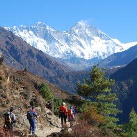 På stigen mellan Namche och Tyangboche. Bergen är Everest och Lhotse