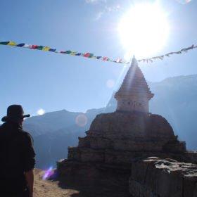 De buddistiska stuporna tillför en härlig stämning på vandringsleden