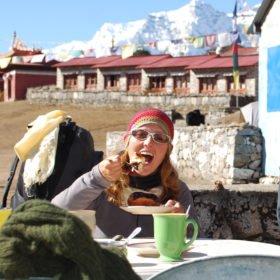 Inka Gurung njuter av fika med Everestvy.