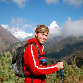 Glad vandrare på väg mot Everest Base Camp