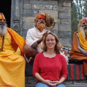 Inka Gurung blir välsignad av sadhus vid ett tempel i Katmandu