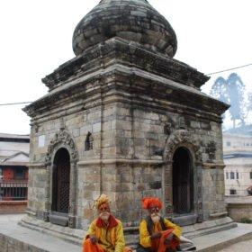 Heliga män vid ett hinduiskt tempel i Katmandu
