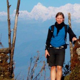 Tamur, Nepal - en glad tjej poserar med Kanchenjungabergen i bakgrunden