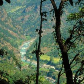 Tamur, en flod med forsar skymtar nere i en dalgång