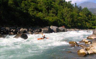 Forspaddling Nepal, kajakpaddlare i en fors