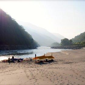Forspaddling Nepal. Camping på sandstrand vid floden Sun Kosi