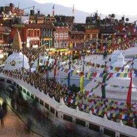 Forspaddling Nepal, tempelbyggnader och böneflaggor