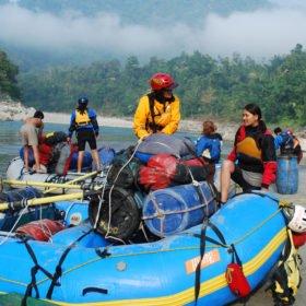 Forspaddling Nepal, guider packar utrustning på en gummiflotte