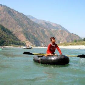 Forspaddling Nepal, ung pojke paddlar en hemmagjord kajak