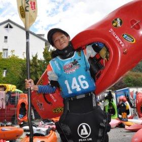 Glad tjej med kajak efter paddling på VM