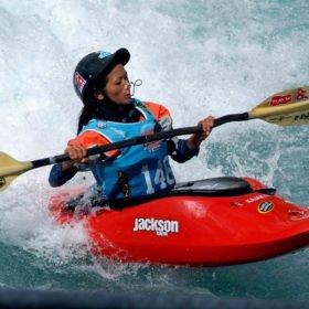 Ung nepalesisk tjej tävlar i freestyle, forskajak