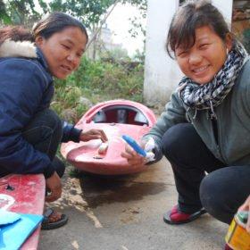 Unga tjejer lär sig att laga kajaker