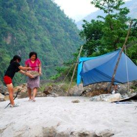 Blivande kvinnliga äventyrsguider tränar på att sätta upp läger på en sandstrand