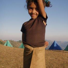 Himalayan Adventure Girls, en ung nepalesisk flicka med trasig t-shirt