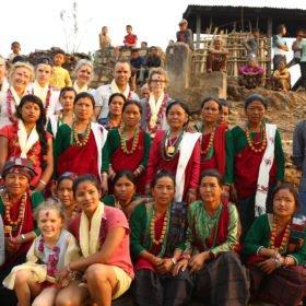 En grupp svenskar och nepaleser uppställda för gruppfoto