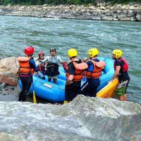 Anu Shrestha, kvinnlig forsränningsguide håller en säkerhetsgenomgång vid floden