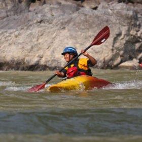 Kvinnlig paddlare på en flod