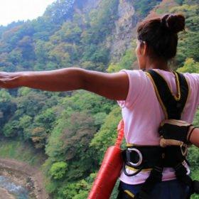 Anu Shrestha redo att kasta sig ner från en bro i Nepal. Första gången hon provar bungy jump