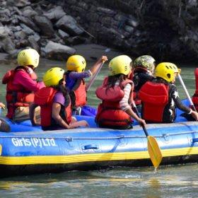 Radha guidar skolbarn som för första gången får prova rafting