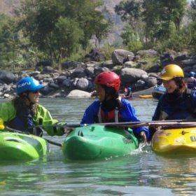 Himalayan Adventure Girls. tre glada kvinnliga paddlare