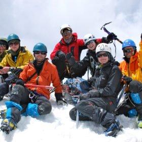 Island Peak. Glad grupp uppe på toppen.