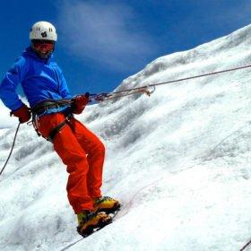 Island Peak. En klättrare provar på isklättring