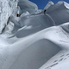 Island Peak. Stig genom snömassor
