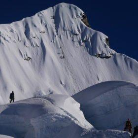 Island Peak. Klättrare på snöklädd bergssida