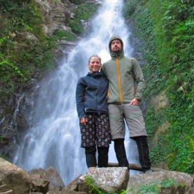 Sun-Kosi, Johanna och Jon framför ett vattenfall