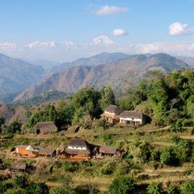 MTB Nepal - typiska nepalesiska gårdar, i bakgrunden Annapurna-bergen