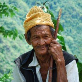 MTB Nepal - en äldre man betraktar förbipasserande