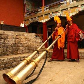 MTB Nepal. Buddistiska munkar redo att blåsa i långa blåshorn