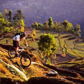 MTB Nepal, en cyklare på MTB-resa cyklar på en stig
