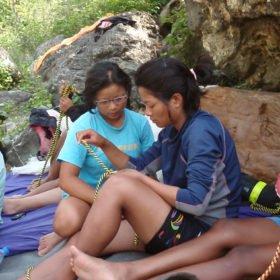 Himalayan Adventure Girls, tjejer sitter och övar på knopar