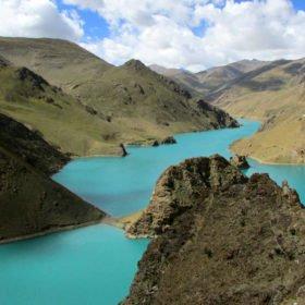Resa Tibet och Nepal, en av många vackra heliga sjöar i Tibet