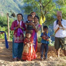 Rundresa Nepal. En nepalesisk familj.