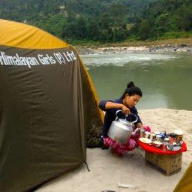 Rundresa Nepal. Kamala serverar te på stranden.