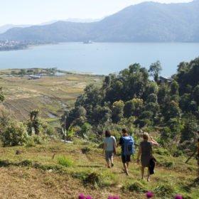 Rundresa Nepal. Gäster promenerar ner mot sjön.