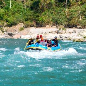 Rundresa Nepal. Raftingtur på en flod.