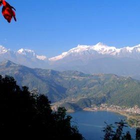 Rundresa Nepal. Vy av Annapurnabergen och Pokhara