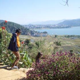 Rundresa Nepal. Vy av sjö.