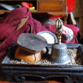 Rundresa Tibet. Religiösa föremål i ett buddistiskt kloster.