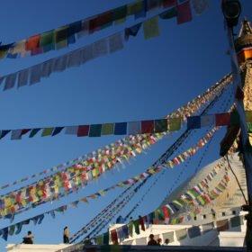 Rundresa Tibet. Buddhas allseende ögon på en vitkalkad stupa i Katmandu