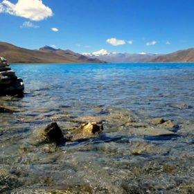 Rundresa Tibet, en helig sjö och snötäckta bergstoppar