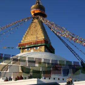 Vandringsresa Nepal. Buddistisk stupa med böneflaggor.