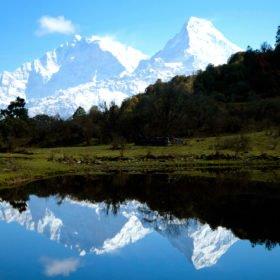 Vandringsresa Nepal, snötäckta berg speglar sig i en sjö